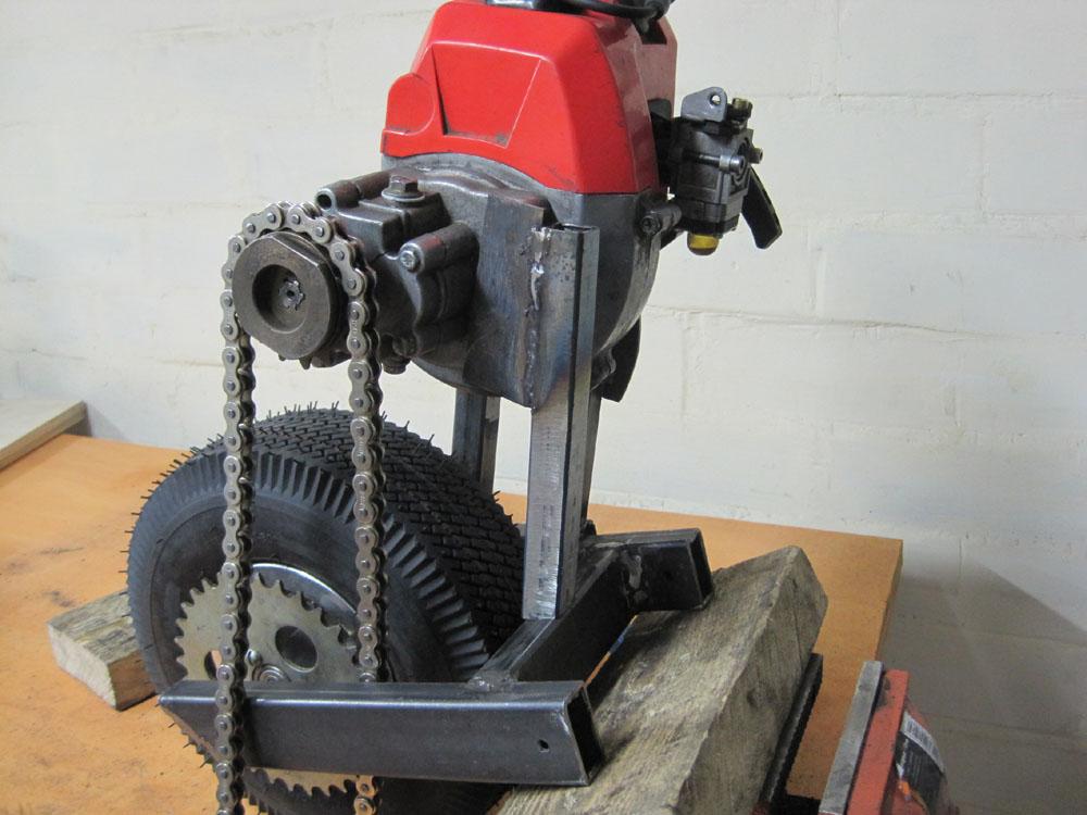 Крепление триммерного двигателя .